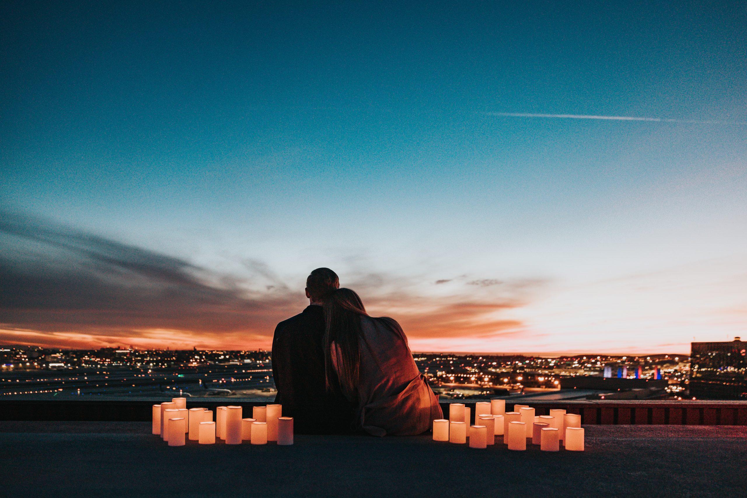 casal sentado de costas apreciando a paisagem