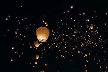 Lanternas de papel no céu